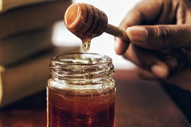Sencillo hechizo con miel para que te ame para siempre
